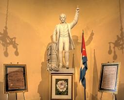 Estatua de Martí en el San Carlos, cortesía Jim Austin